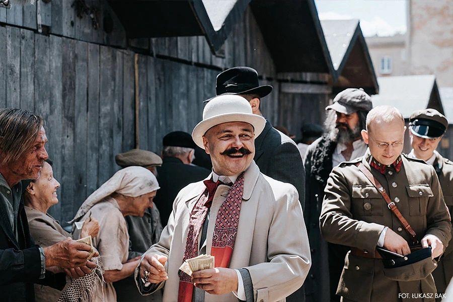 """Arkadiusz Jakubik i Borys Szyc (w tle) w """"Królu"""""""
