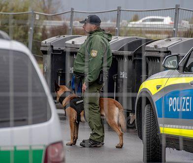 Niemiecki policjant podczas interwencji w ośrodku dla azylantów w Bawarii