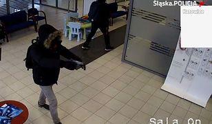 Policja opublikowała nagranie z napadu na bank w Katowicach