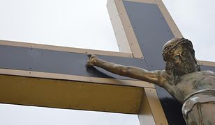 Zniszczony krzyż przy kościele w Katowicach