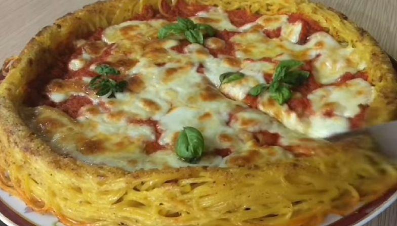 Pizza spaghetti. Oryginalny pomysł na obiad. Ten przepis nie jest trudny