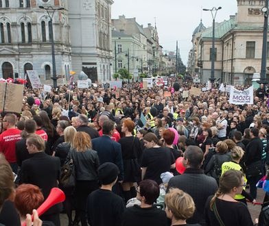 Marsz w Obronie Praw Kobiet przeszedł ul. Piotrkowską w Łodzi