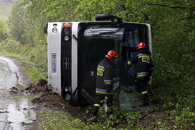 Autobus z dziećmi przewrócił się do rowu - zdjęcia