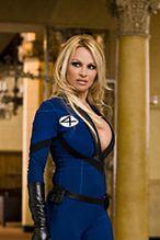 Przyziemna Pamela Anderson od czeku do czeku