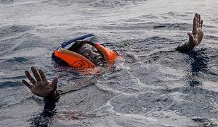 Uratowany imigrant z Afryki w kamizelce ratunkowej