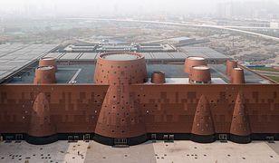 Exploratorium kształtem przypomina fabrykę z kominami i nawiązuje do industrialnego charakteru Tiencin