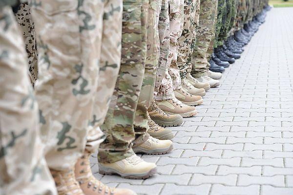 Żołnierze Wielonarodowego Korpusu Północno-Wschodniego w koszarach w Szczecinie