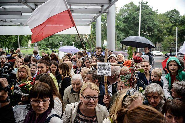 W Polsce już odbyły się pikiety w ramach wyrażenia poparcia dla prof. Chazana. Zdjęcie przedstawia pikietę przed szpitalem Św. Rodziny