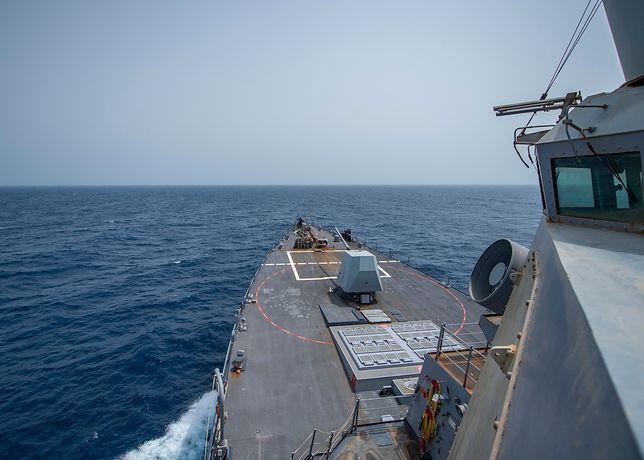 Amerykański okręt USS Bainbridge na wodach Zatoki Omańskiej