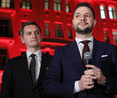 Kandydat Zjednoczonej Prawicy na prezydenta Warszawy Patryk Jaki (P) i wiceprzewodniczący Komisji Weryfikacyjnej Sebastian Kaleta (L) podczas konferencji prasowej przed kamienicą przy Poznańskiej 3 w Warszawie