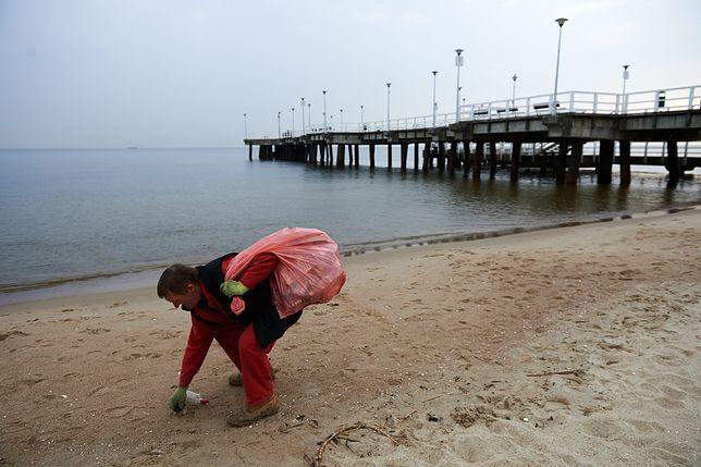 Ludzie zostawiają na plażach nie tylko plastikowe butelki i puszki po piwie. Zdjęcie ilustracyjne.