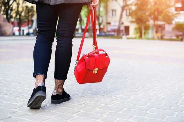 Czerwona torebka-plecak to jeden z najmodniejszych dodatków tego sezonu