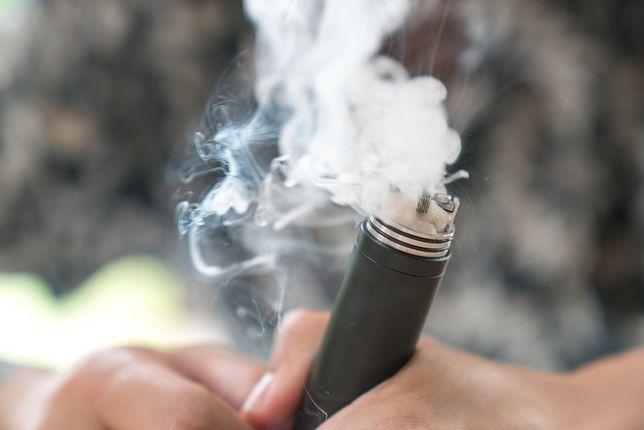 E-papierosy są szkodliwe? Niektóre substancje są gorsze, niż w tradycyjnych papierosach