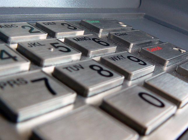 Jak ustrzec się przed kradzieżą przy wypłacaniu pieniędzy z bankomatów?