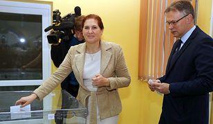 Iwona i Arkadiusz Mularczyk podczas głosowania w Nowym Sączu