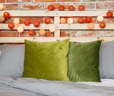Do przygotowania cotton ballsów potrzebne są 4 elementy: gumowe baloniki, włóczka, klej i sznur lampek LED.