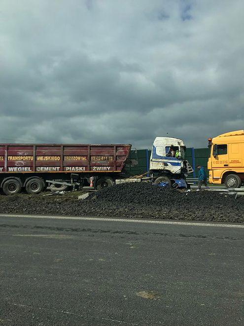 Rozsypany węgiel po wypadku spowodował utrudnienia na A4