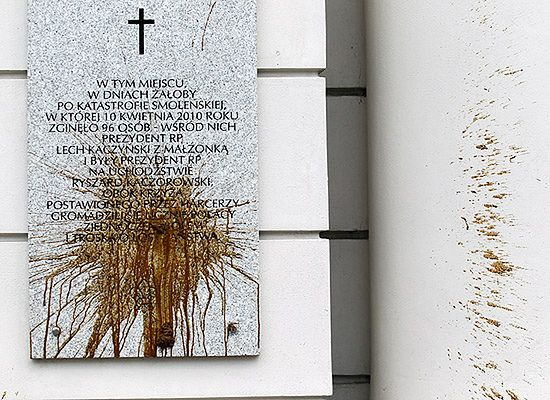 71-latek zbezcześcił fekaliami tablicę na Pałacu Prezydenckim