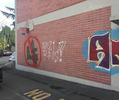 Wśród graffiti pojawił się przekreślony znak falangi.