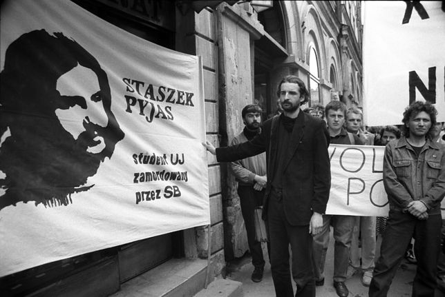 """Czarny marsz w rocznicę śmierci Stanislawa Pyjasa, zorganizowany przez Ruch """"Wolność i Pokój"""", Kraków 1989"""
