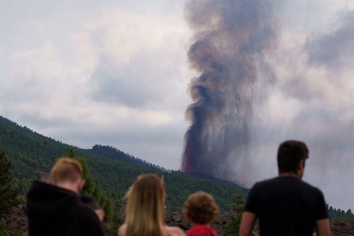Turyści obserwują wybuch wulkanu