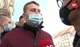 """Strajk Kobiet w Warszawie. """"Straż kościoła"""" blokuje media. """"Niech pan leci na skargę"""""""