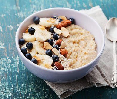 Owsianka z dodatkami to świetna propozycja na zdrowe śniadanie