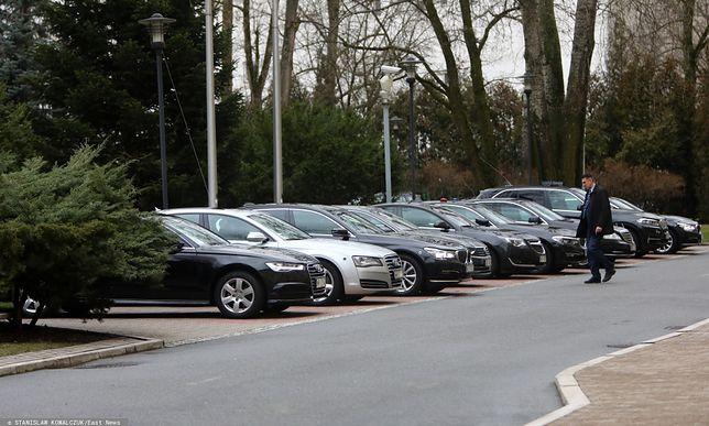 W marcu premier Mateusz Morawiecki podjął decyzję o wycofaniu się z dostawy 280 aut, które miały trafić do ministerstw i niektórych urzędów.