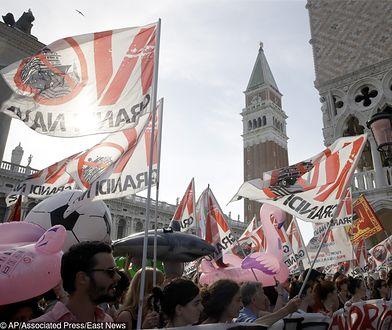 Protest przeciw wycieczkowcom wpływającym do Wenecji