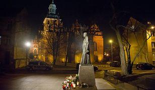 Stojący niedaleko kościoła św. Brygidy pomnik ks. Henryka Jankowskiego pilnują całodobowo służby