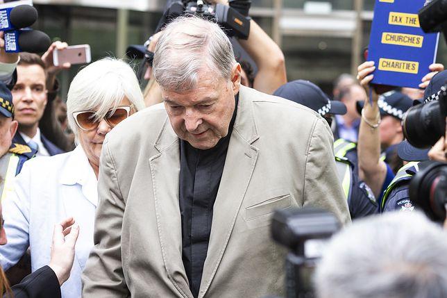Kardynał George Pell przed budynkiem sądu w Melbourne