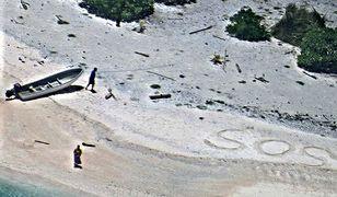 """Rozbitkowie uratowani z bezludnej wyspy dzięki napisowi """"SOS"""" na piasku"""