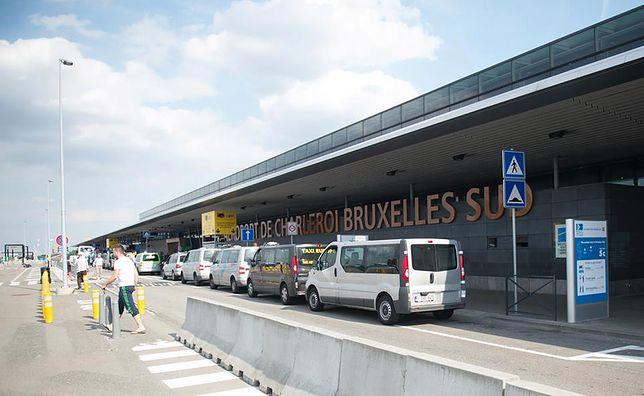 Postój taksówek przed terminalem lotniska Bruksela-Charleroi