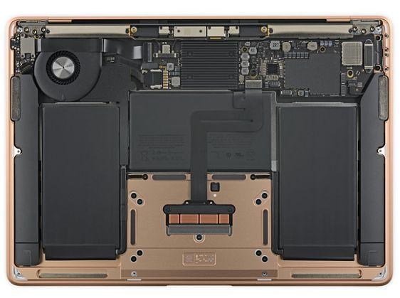 Środek nowego Macbooka Air. (źródło: ifixit.com)