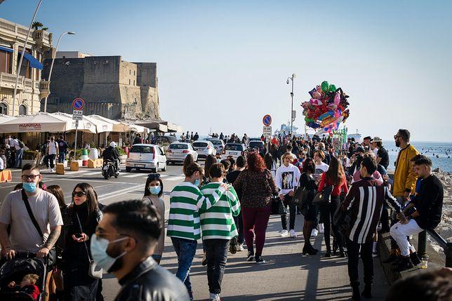 Tłumy na promenadzie w Neapolu w niedzielę 8.11.2020. Dostawca: PAP/EPA