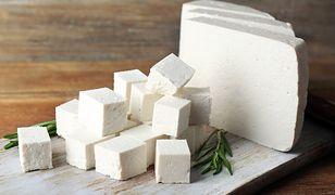 """Eksperci ujawniają, jak odróżnić fetę od """"serów sałatkowych"""""""