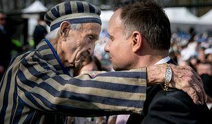 Edward Mosberg przytula Andrzeja Dudę podczas obchodów Dnia Pamięci o Ofiarach Holocaustu