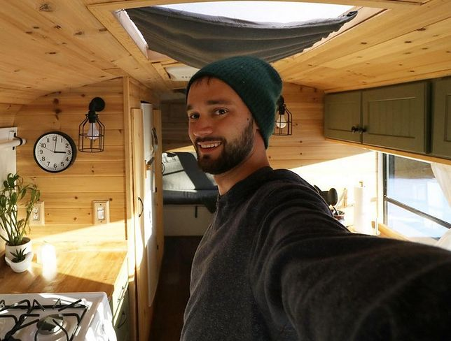 25-latek zamienił stary szkolny autobus w dom na kółkach. Zwiedza nim USA