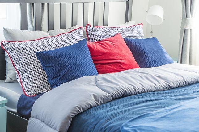 Dla własnego komfortu najlepiej decydować się na tkaniny przepuszczające powietrze i niewymagające prasowania.