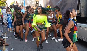 Wśród imprezowiczów dominuje życzliwość - ich radość życia wciąga do parady każdego i niesie przez Londyn podrygującego w rytm dancehallu