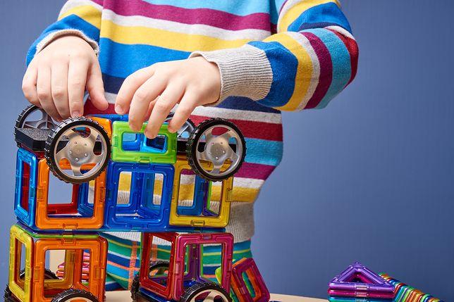 Ciekawą propozycją z rodziny mądrych zabawek dla 6-latków są klocki magnetyczne