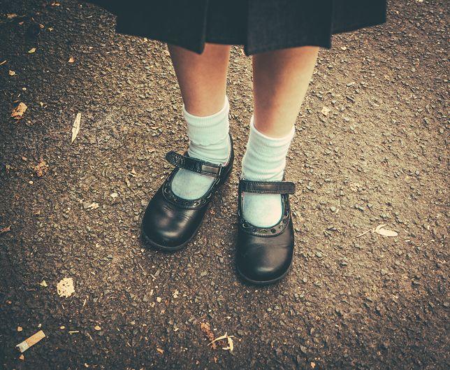 """Uczniowie brytyjskiej prywatnej męskiej szkoły mają nosić spódnice zamiast szortów. Tak będzie """"bardziej neutralnie płciowo"""""""