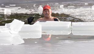 Śmiałek spędził 30 minut w lodowatej wodzie