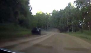 Dachowanie samochodu na polnej drodze