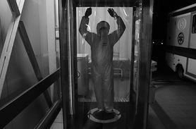 Koronawirus w Polsce. Pielęgniarz Przemysław Błaszkiewicz pokazuje na zdjęciach walkę z pandemią