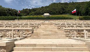 Sierp i młot na Monte Cassino. Białorusini składają kwiaty