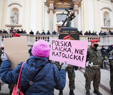 Warszawa. Umorzono postępowanie ws. zrzucenia kobiety ze schodów kościoła