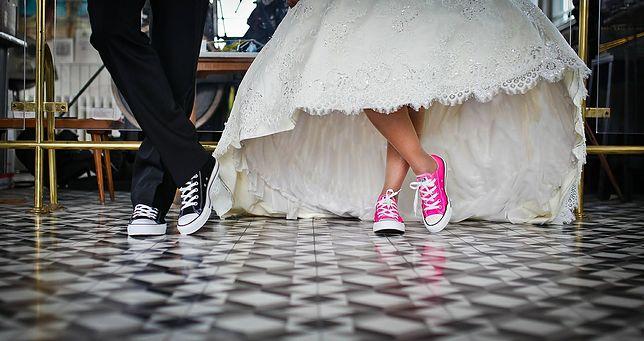 Koszt samej imprezy (jeśli myślimy o weselu standardowym, w sali czy domu weselnym z cateringiem) to około 10-30 tys. zł.