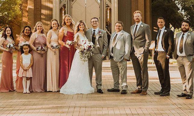Nowożeńcy z gośćmi.
