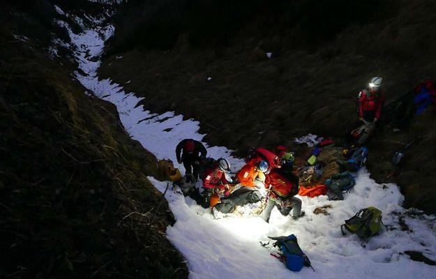 Ratownicy TOPR przeszukują lawinisko w rejonie Doliny Roztoki (zdj. ilustracyjne)